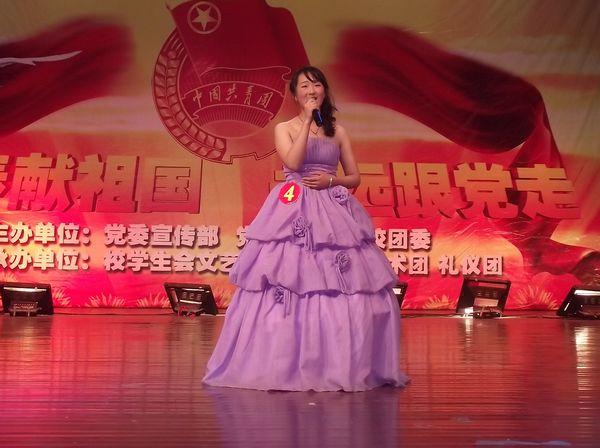 茜同学演唱歌曲《大海啊故乡》-我校举办 唱响红歌 校园歌手大赛