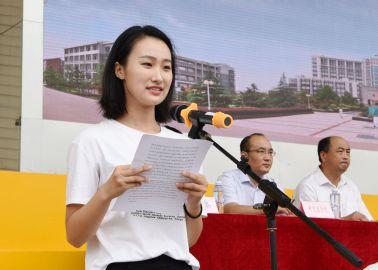 新生代表、内科学专业研究生杨昕彤发言